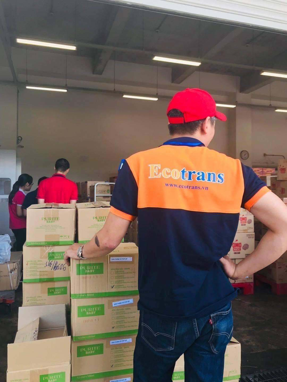 Đội ngũ nhân viên bốc xếp hàng cẩn thận, an toàn hàng hóa